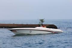 Hastighetsfartyg på sjön Arkivbild
