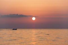 Hastighetsfartyg på soluppgång Arkivbilder