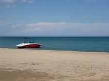 Hastighetsfartyg som förtöjas på stranden arkivfoto