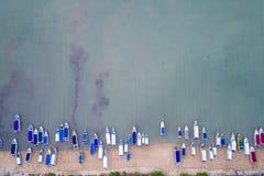 Hastighetsfartyg som parkeras på stranden på den Chalong fjärden, Phuket landskap, royaltyfri bild