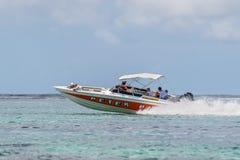 Hastighetsfartyget seglar med turister Arkivbilder