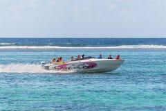 Hastighetsfartyget seglar med turister Arkivfoto