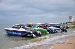 Hastighetsfartygparkering på den Pattaya fjärden Arkivbilder