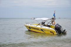 Hastighetsfartygparkering på den Pattaya fjärden Arkivfoton