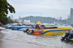 Hastighetsfartygparkering på den Pattaya fjärden Royaltyfri Bild