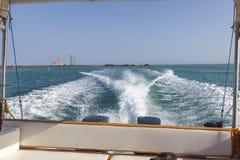 Hastighetsfartygs motorer med drev för full hastighet i Al Sinaiyah, yambu, Saudiarabien arkivfoton