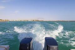 Hastighetsfartygs motorer med drev f?r full hastighet i Al Sinaiyah, yambu, Saudiarabien arkivfoto