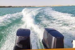 Hastighetsfartygs motorer med drev f?r full hastighet i Al Sinaiyah, yambu, Saudiarabien fotografering för bildbyråer