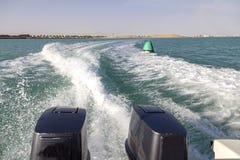 Hastighetsfartygs motorer med drev f?r full hastighet i Al Sinaiyah, yambu, Saudiarabien royaltyfria bilder