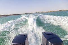 Hastighetsfartygs motorer med drev f?r full hastighet i Al Sinaiyah, yambu, Saudiarabien arkivfoton