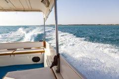Hastighetsfartygs motorer med drev f?r full hastighet i Al Sinaiyah, yambu, Saudiarabien royaltyfri fotografi