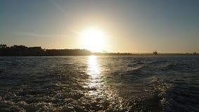 Hastighetsfartygslinga i solnedgången stock video