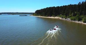Hastighetsfartygstrålen skidar, flöten med hög hastighet i vattnet av sjön lager videofilmer