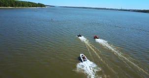 Hastighetsfartygstrålen skidar, flöten med hög hastighet i vattnet av sjön arkivfilmer