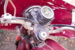 Hastighetsmätare av den gamla röda rostiga motorcykeln royaltyfri bild