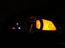 Hastighetsmätare i mörker Arkivfoto