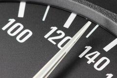 Hastighetsmätare på km/tim 130 Arkivbild
