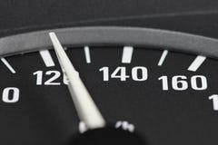Hastighetsmätare på km/tim 120 Arkivbild