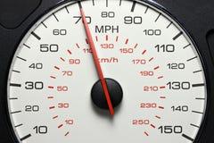 Hastighetsmätare på 70 MPH Royaltyfria Bilder