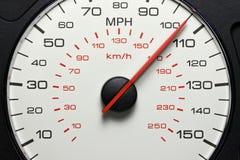 Hastighetsmätare på 105 MPH Royaltyfria Bilder