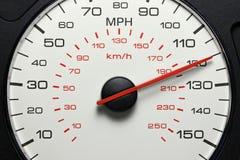 Hastighetsmätare på 120 MPH Arkivbild