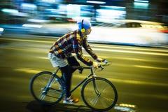 Hastighetsstadscyklist i budapest arkivfoto