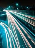 Hastighetstrafik - lång tidexponering på huvudvägen med billjus skuggar på natten Royaltyfri Foto