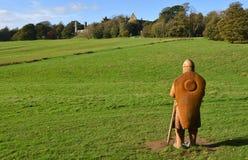 Hasting有争斗修道院的争斗站点战争英雄在背景和大型被雕刻的木战士中前景的 免版税图库摄影