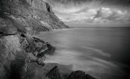 Hasting Großbritannien, Meerblick, als Gezeiten wäscht sich oben auf den Felsen stockfotografie