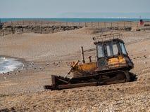 HASTINGS ÖSTLIG SUSSEX/UK - NOVEMBER 06: Bulldozer på stranden Arkivfoton