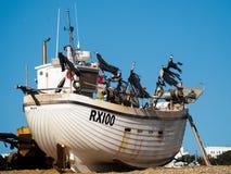 HASTINGS ÖSTLIG SUSSEX/UK - NOVEMBER 06: Fiskebåt på vara Arkivfoto