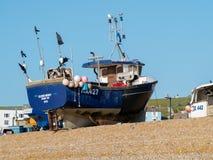 HASTINGS ÖSTLIG SUSSEX/UK - NOVEMBER 06: Fiskebåt på vara Royaltyfria Foton