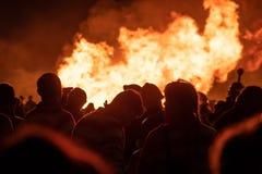 Hastings, 10/13/18 - ognisko noc, tłum ludzie przed obrazy royalty free