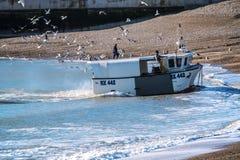 Hastings, Oost-Sussex, Engeland Een vissersboot keert met de vangst van de dag terug royalty-vrije stock foto's