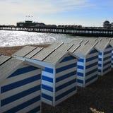 Hastings pir- och strandkojor royaltyfria bilder
