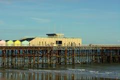 Hastings pir, Sussex, UK Modern design, gamla fundament arkivfoto
