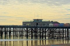 Hastings pir, Sussex, UK Sl?r h?rda tider royaltyfria foton