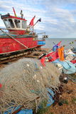 HASTINGS, R-U - 21 JUILLET 2017 : La plage a lancé des bateaux de pêche avec les filets de pêche colorés dans le premier plan Photographie stock