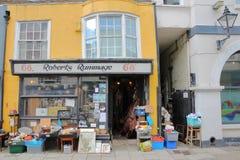 HASTINGS, REINO UNIDO - 23 DE JULHO DE 2017: Lojas coloridas na rua principal, cidade velha de Hastings Fotos de Stock