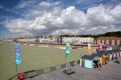HASTINGS, UK - LIPIEC 23, 2017: Widok nadbrzeże od mola odbudowywał i otwiera społeczeństwo w 2016 z kolorowymi budami w fo Obraz Royalty Free