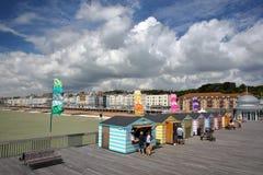 HASTINGS, UK - LIPIEC 23, 2017: Widok nadbrzeże od mola odbudowywał i otwiera społeczeństwo w 2016 z kolorowymi budami w fo Zdjęcia Stock