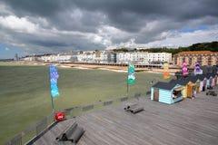 HASTINGS, UK - LIPIEC 23, 2017: Widok nadbrzeże od mola odbudowywał i otwiera społeczeństwo w 2016 z kolorowymi budami w fo Zdjęcie Stock