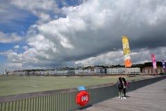 HASTINGS, UK - LIPIEC 23, 2017: Widok nadbrzeże od mola odbudowywał i otwiera społeczeństwo w 2016 z pięknym chmurnym niebem Zdjęcie Stock