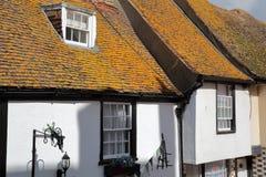 HASTINGS, UK - LIPIEC 22, 2017: xvi wiek cembrującego obramiający i średniowieczni domy w Hastings Starym miasteczku Obrazy Royalty Free