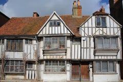 HASTINGS, UK - LIPIEC 22, 2017: xvi wiek cembrującego obramiający i średniowieczni domy w Hastings Starym miasteczku Fotografia Royalty Free