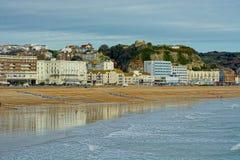 Hastingsstrand en strandboulevardgebouwen en Kasteel Sussex, het UK stock afbeeldingen