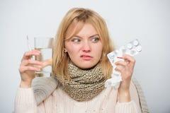 Hat att vara dåligt Dåligt kvinna som behandlar tecken som orsakas av förkylning eller influensa Gullig sjuk flicka som tar anti- arkivbilder