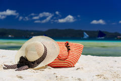 Hat and bag on tropical beach Royalty Free Stock Photos
