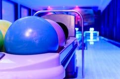 Hat blaue Bowlingkugeln bereites zum Spieler zu werfendem Ball auf Th Lizenzfreies Stockfoto