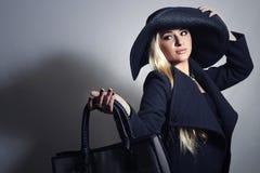 Hat.Shopping的美丽的白肤金发的妇女与提包 免版税图库摄影